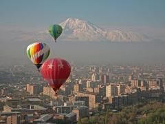 Над Ереваном на фоне Арарата, 10 апреля 2008.